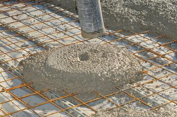frischer Beton aus Betonpumpe