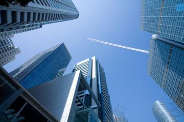 高層ビルと飛行機雲