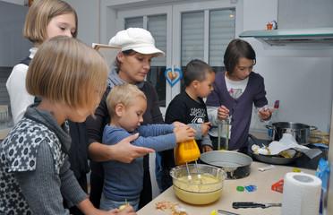 Familie beim Kuchen backen