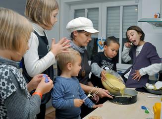 Kinder beim Kuchenbacken