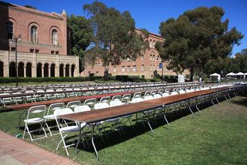 alignement de chaises et tables à UCLA