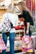 deux femmes qui font du shopping