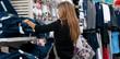 femme dans un boutique de vêtements - shopping
