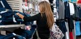 femme dans un boutique de vêtements - shopping poster
