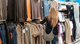 femme dans une boutique de vêtements - shopping poster