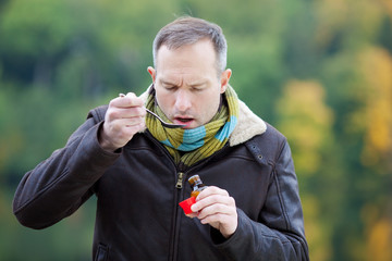 mann nimmt medikament