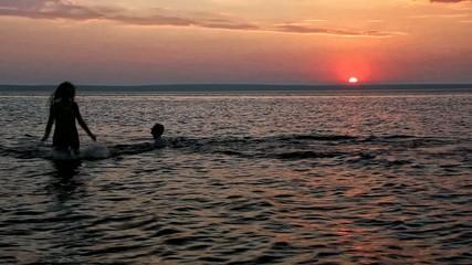 Закат солнца на горизонте за рекой