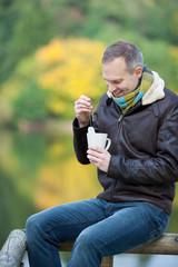 mann trinkt tee an der frischen luft