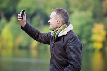 mann fotografiert sich mit pda
