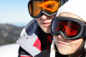 Portrait de couple portant un masque de ski