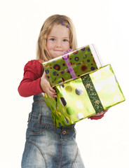 Mädchen mit Geschenken auf dem Arm