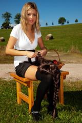 Junge Frau mit Perücke auf dem Stuhl sitzend  905