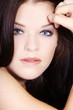 brünette beauty Frau mit blauen Augen blickt sinnlich