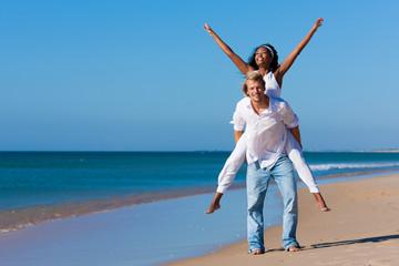 Paar, Sand und Strand im Sommer