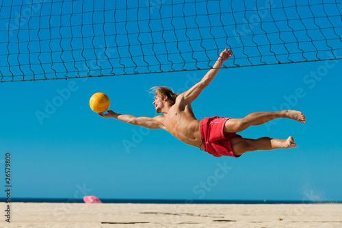 Beachvolleyball - Mann springt nach Ball Poster
