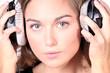 brünette Frau hört laut Musik über Kopfhörer
