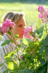 Donna  annusa le rose