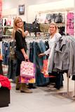 femmes dans une boutique - shopping poster