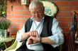 Rentner schaut auf die Uhr