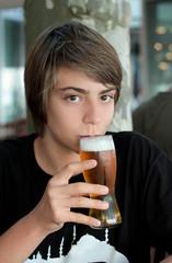 adolescent buvant une bière