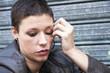 portrait d'une femme angoissée avec des gestes nerveux