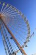 Ein Riesenrad in klaren hell blauen Himmel