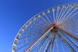 Ein Riesenrad im klaren Himmel