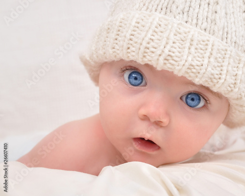 Leinwanddruck Bild Cute Baby Looking with White Hat