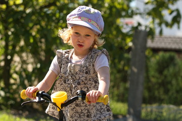 Mädchen beim Radfahren