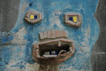 bocca sul muro