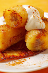 Baked caramelized bananas with cream