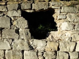 Loch in einer Mauer