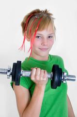 Mädchen macht Kraftsport