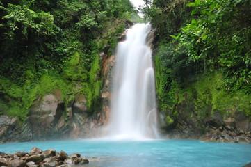 Cascada azul en Costa Rica