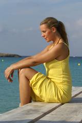Eine Frau mit gelbem Sommerkleid