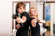 Friseur und Frisörin im Salon