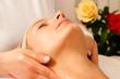 Frau erhält eine Wellness Kopfmassage