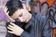 Jeune femme fatiguée, la tête reposant sur sa main