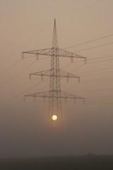 Sonnenenergie: Hochspannungsmast im Nebel