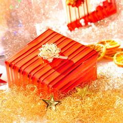 Weihnachtsgeschenk in rot