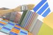 Farbtafeln und Farbfächer mit Fliesen und Pinsel