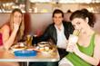 Freunde im Restaurant essen Fast-Food