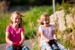 Zwei Schwestern mit Spielzeugautos