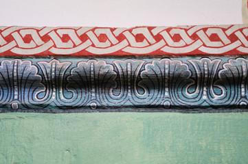Gemalter rot-weiß-blau-grüner Wandfries