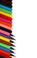 Вертикальный ряд из цветных карандашей на белом фоне