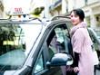 jeune femme demandant un taxi