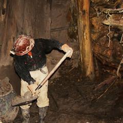 minatore nella miniera di potosì in bolivia