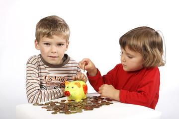 Kinder mit Sparschwein