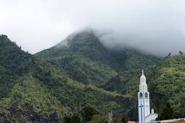 Montagne la tête dans les nuages autour de Cilaos