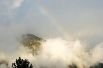 Montagne surplombée par un arc en ciel autour de Cilaos